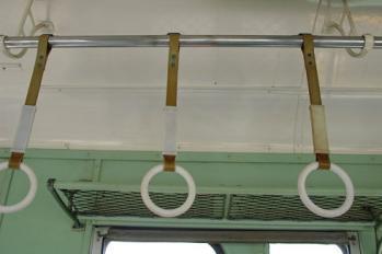 電車やバスの中で手すりに掴まらずに安定して立ってる奴wwwwww