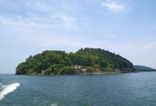 """琵琶湖の中に""""人が住む離島""""があるのをご存じでしたか? … 世界的にも珍しい「淡水湖内の有人島」 - 沖島"""