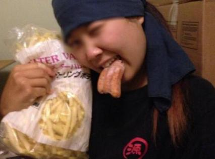 丸源ラーメン女子店員、冷凍庫のソーセージを咥えた写真をツイッターに 「色んなものパクった。最強」 → 運営会社が謝罪、処分