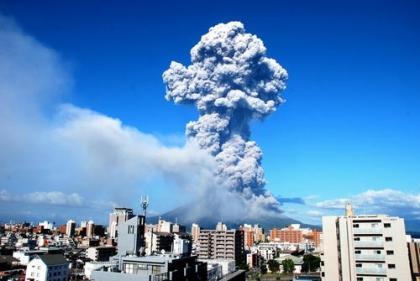 """桜島の爆発的噴火で、鹿児島中央駅と天文館が""""サイレントヒル状態""""だと話題に (画像)"""