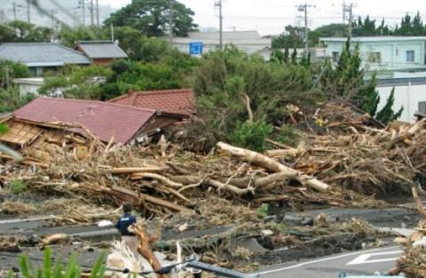 台風26号、伊豆大島で死者13人、約50人と連絡取れず … 1時間に観測史上最多の122.5ミリ、24時間雨量では平年の2ヶ月分の雨量に相当する824ミリの豪雨