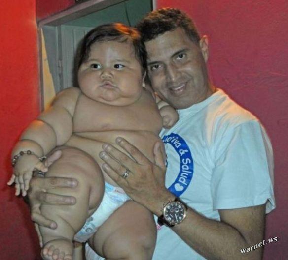 【驚愕】この8ヶ月の赤ちゃん太り過ぎワロタwwwwwwwwwww(画像あり)