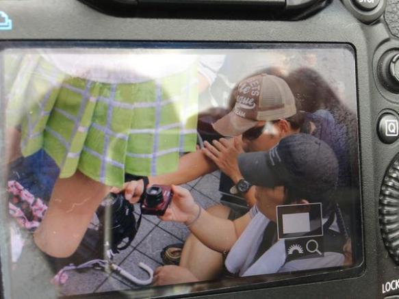 【画像あり】コミケでスカートにカメラ突っ込む盗撮魔多数、この国の盗撮癖はやばすぎるだろ・・・・・・