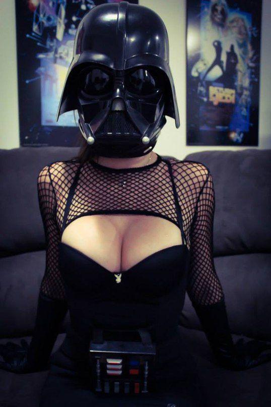 【画像】セクシーな女性がダースベイダーのコスプレ!!!! これはけしからんwwwwwwwwwww