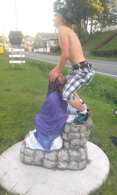 【画像あり】14歳少年、イエス・キリストの像を侮辱して逮捕