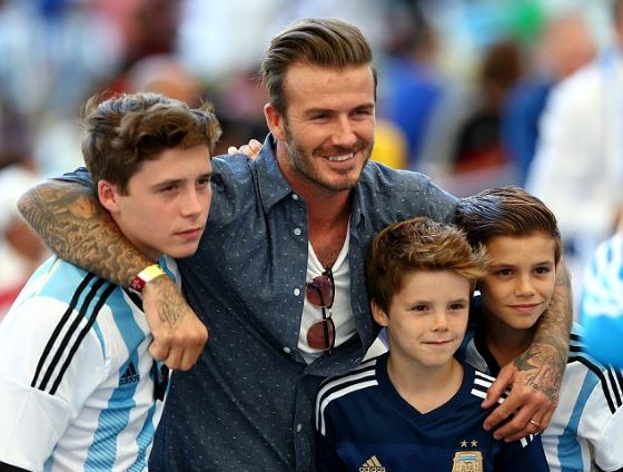 ベッカム、アルゼンチンのユニフォームを子供達に着せてW杯を応援。気でも狂ったのかと話題に