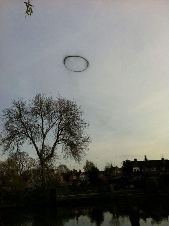 【UFO】 16歳の少女が輪っかのような謎の飛行物体を発見、撮影