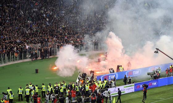 大荒れのイタリア杯決勝…試合前の衝突で10人負傷、1人は撃たれ重体。ウルトラスが試合を妨害