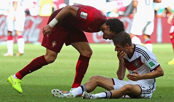 【W杯G組】ドイツVSポルトガル ペペが頭突きで一発レッド、試合をぶち壊す(動画)