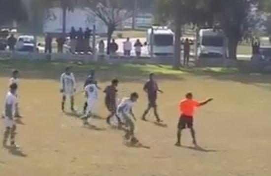 【衝撃】草サッカーの試合で審判VS少年チームの大乱闘(動画)