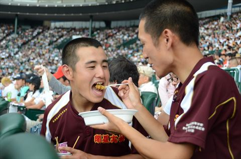 開星野球部のマネージャー「はい、ア~ン」(部員にカレーをスプーンで食べさせる)