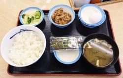 松屋のプレミアム牛めしを激安価格で食べる方法? みそ汁と漬物とノリと生卵付きで360円!