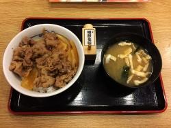 松屋が「プレミアム牛めし」を380円で販売開始! 熟成牛肉の牛丼