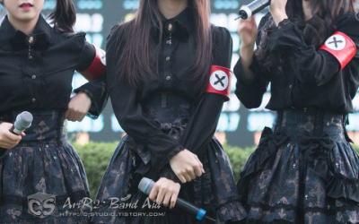 ドイツ「おい韓国、アイドルにナチスの恰好させるな」 → 韓国「よく似てるがナチスの紋章じゃない。70年も過ぎた事をごちゃごちゃ言うな」