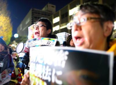 特定秘密保護法 きょう施行 … 朝日新聞「『あきらめない』 官邸前で秘密保護法反対デモ」