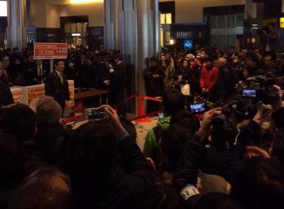 東京駅の開業100周年記念「Suica」、東京駅構内で限定発売 → 9000人以上が殺到し大混乱、中止に → 発売中止に納得がいかない転売ヤーらが暴れだし、警官が出動する騒ぎに