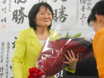自民党・山田美樹氏(40)の運動員が人身事故、被害者が救急搬送される近くで山田氏は街頭演説を続行 → 秘書が身分を隠し、被害者に対して「名刺など身分を明かすのは月曜まで待って」