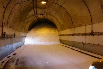 埼玉・秩父で大雪により車8台立ち往生 → トンネルに18人避難 → 昨日から孤立 … 防災ヘリからおにぎりや水などの食料や毛布の投下を試みたが、風が強く断念