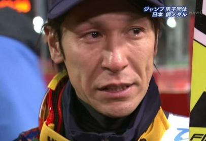 ソチ五輪:スキージャンプ 男子団体で16年振りのメダルになる銅獲得 … 個人戦では涙を見せなかった葛西もインタビューで号泣