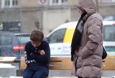 「バス停に、寒さで震えながら座っている薄着の男の子がいたら」 … ノルウェーで実験、結果は (動画)