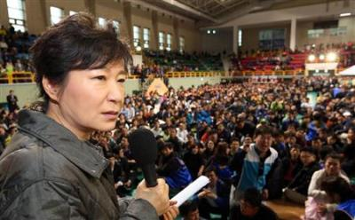 「早く対策立てろ」「こんなところにいるな」 朴大統領に不明者家族が罵声 … 韓国客船救出作業は生存環境を広げるべく、空気注入へ