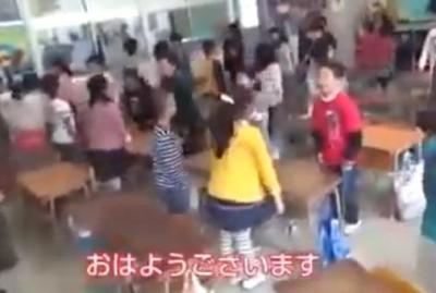 小学校の朝礼で「スーパーハッピー!!!!!!!」(動画) … 「まるで居酒屋店員の研修」と批判が集まり、校長は保護者に騒動を謝罪