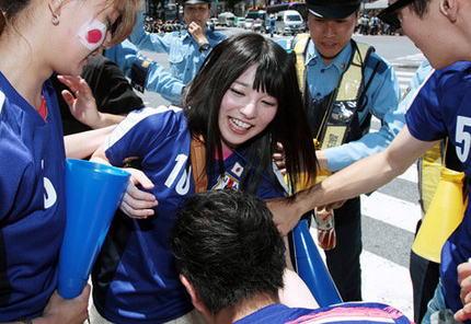 「サッカー好きな人はどう思ってんの?」 渋谷交差点のお祭り騒ぎに伊集院光が不快感 … 「騒動を叩くと嫌われてしまう」というTVの弱腰報道姿勢も指摘