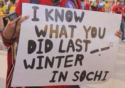 """W杯会場に「去年の冬、おまえら(ロシア人)がソチで何をしたか知っているぞ」 韓国サッカーサポーター、ソチ五輪でのキムヨナ判定をしつこく根に持った""""ロシア批判のプラカード""""を掲げる"""