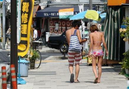 神戸・須磨海岸の周辺で、水着で歩き回る海水浴客のマナーが問題に … 店や駅が水浸し砂まみれに、「水着・砂まみれ・水びたしお断りします」の張り紙もお構いなし