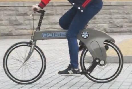BMWエンブレムそっくりな韓国のメーカー、新しいクランク機構によりチェーンを使用しない折りたたみ自転車を開発 (動画) … 「自転車からチェーンを無くしたらメリットしかなかった」