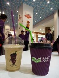 ホットコーヒーをストローで 豪のコーヒー店「マズバズ」日本上陸