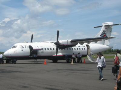 インドネシア東部、トリガナ航空267便の双発プロペラ機ATR42-300旅客機、乗客乗員54人を載せて16日午後に消息を絶つ … 現地は標高2000m以上の山間部・悪天候のため捜索難航
