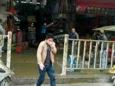 中国の商店街で、満載状態のバキュームカーが爆発(画像) … 容赦なく降り注ぐ「黄金の雨」、人々も浴びて黄金に染る。茫然とする人、「悲惨すぎて直視できない」とメディア。ケガ人はナシ