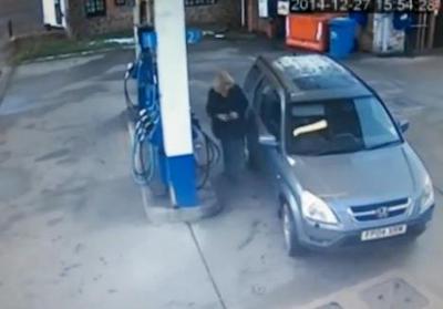 セルフのガソリンスタンドで、何度切り返しても給油口が反対側になってしまう不思議な運転が話題に (動画)