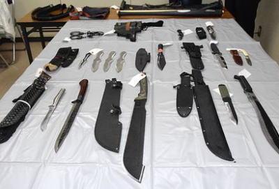 岡崎で刃物14本を体に巻いてうろついていた志賀弘明容疑者(28)を逮捕、三重でもナイフなど7本所持していた武内大輔容疑者(39)を逮捕、「買い物に行くのに持ってきた」と供述