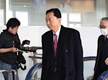 鳩山由紀夫、クリミア訪問から帰国 … 成田空港に駆け付けた報道陣の問いかけには無言のまま、立ち止まりもせず