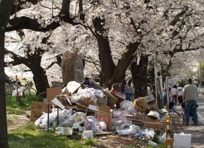 花見の会場に中国人観光客が大量に押し寄せ、ゴミを持ち帰らなかったりトイレットペーパーを持ち帰ったりとマナーの悪さが問題化 … 名所で中国語表記ルール配布も検討