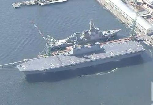 海上自衛隊のヘリコプター搭載型護衛艦「いずも」が就役 … 全長248m、基準排水量約20,000トンで海自最大の艦艇、ヘリ9機を搭載し5機が同時に離発着、新型輸送機オスプレイも搭載可能