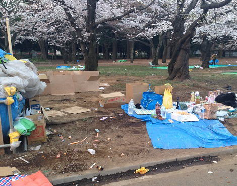 首都圏も本格的なお花見シーズンが到来、賑わう代々木公園にゴミ放置で桜が台無しに … 特にゴミ箱が設置されている場所の近くに多くの放置、ブルーシートやクーラーボックスまで