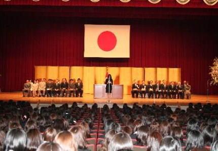 朝日新聞 素粒子 「立て看やデモの声は絶えて久しく。いま国旗をあげ国歌を歌えと国立大学に。養ってやっている、の上から目線。」
