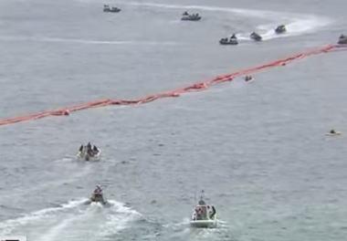 沖縄タイムス「辺野古沖フロート内に侵入した抗議船、海上保安庁のゴムボートに衝突され船体の一部が損壊。船長は『船を壊すなんて許せない。人がいたら大けがをしていたはずだ」と憤る』」
