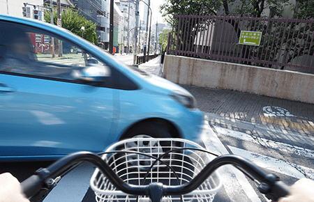 大阪高裁「自転車の信号無視まで注意義務なし」 … 交差点を右折中、赤信号を無視して渡っていた自転車をはねて死亡させた事故の控訴審判決で逆転無罪
