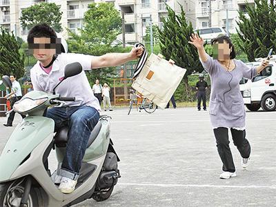 76歳の女性、バッグのひったくりに遭い交番へ→ ひったくり犯、犯行を警官に見られたと勘違いし「こんなバッグ拾った」と交番へ→ 鉢合わせに … 無職、前山雄亮容疑者(22)を逮捕