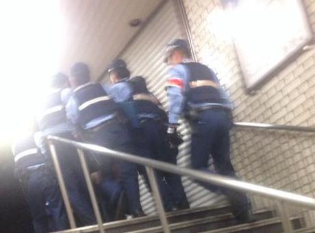 福岡の地下鉄赤坂駅ホームで意味不明な事を言いながらハサミを持った男(23)が暴れ、取り押さえられる … 居合わせた男性がケガ、市地下鉄が一時運行を見合わせる騒動に