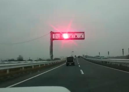 時速200キロでオービスを光らせて動画を投稿し友人に自慢、山崎大輝容疑者(24)を逮捕 … 顔を隠す細工、車のナンバーはそのままで制限速度60kmの一般道を112kmも超過走行(動画)