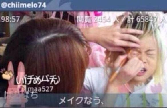 【画像あり】ホストの格好で入学したと話題の小学生 親の虐待説浮上 親子でキスをする写真まで・・・