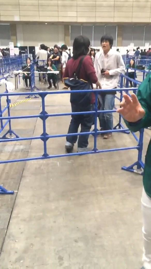 【動画・画像あり】AKB48握手会 マジキチオタが大暴れする様子が撮影される ヤバすぎると話題に・・・・・・