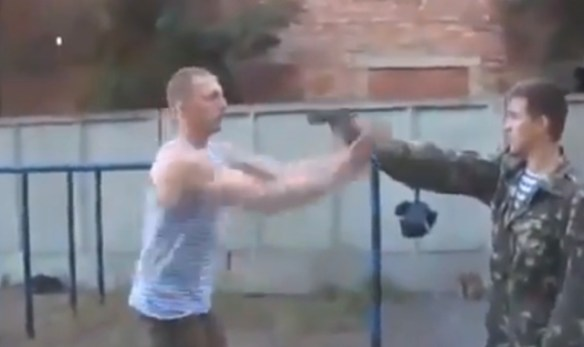 【動画あり】至近距離で銃口を向けられたらどう避ける・・・? ロシア流究極の避け方が凄すぎるwwwwwwwww