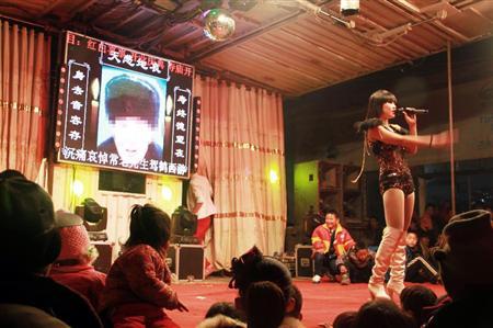 【画像あり】中国の葬式でストリップショーを開くのが流行ってるらしいwwwwwwwwwwwwww
