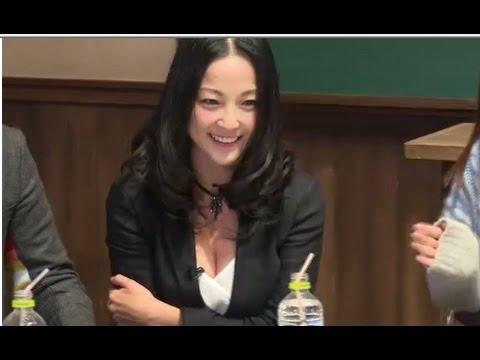 【悲報】声優の伊藤静さん、番宣のためにエッチな胸の谷間を見せるwwwwwwwwwwwww(動画・画像あり)